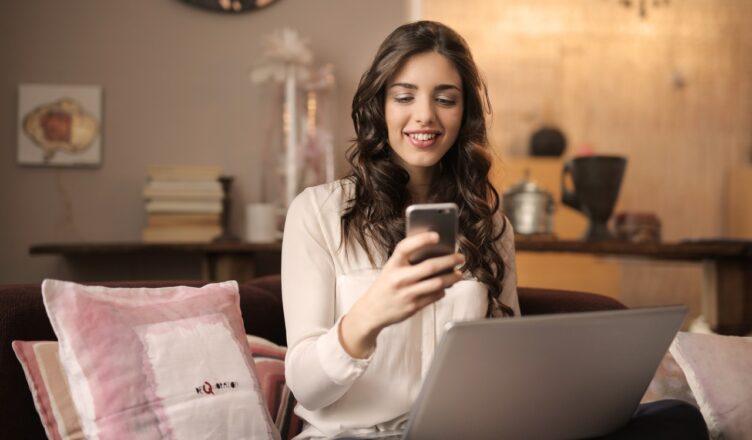 kobieta kupująca przez internet